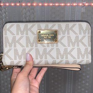 Michael Kor Wristlet wallet ❤️